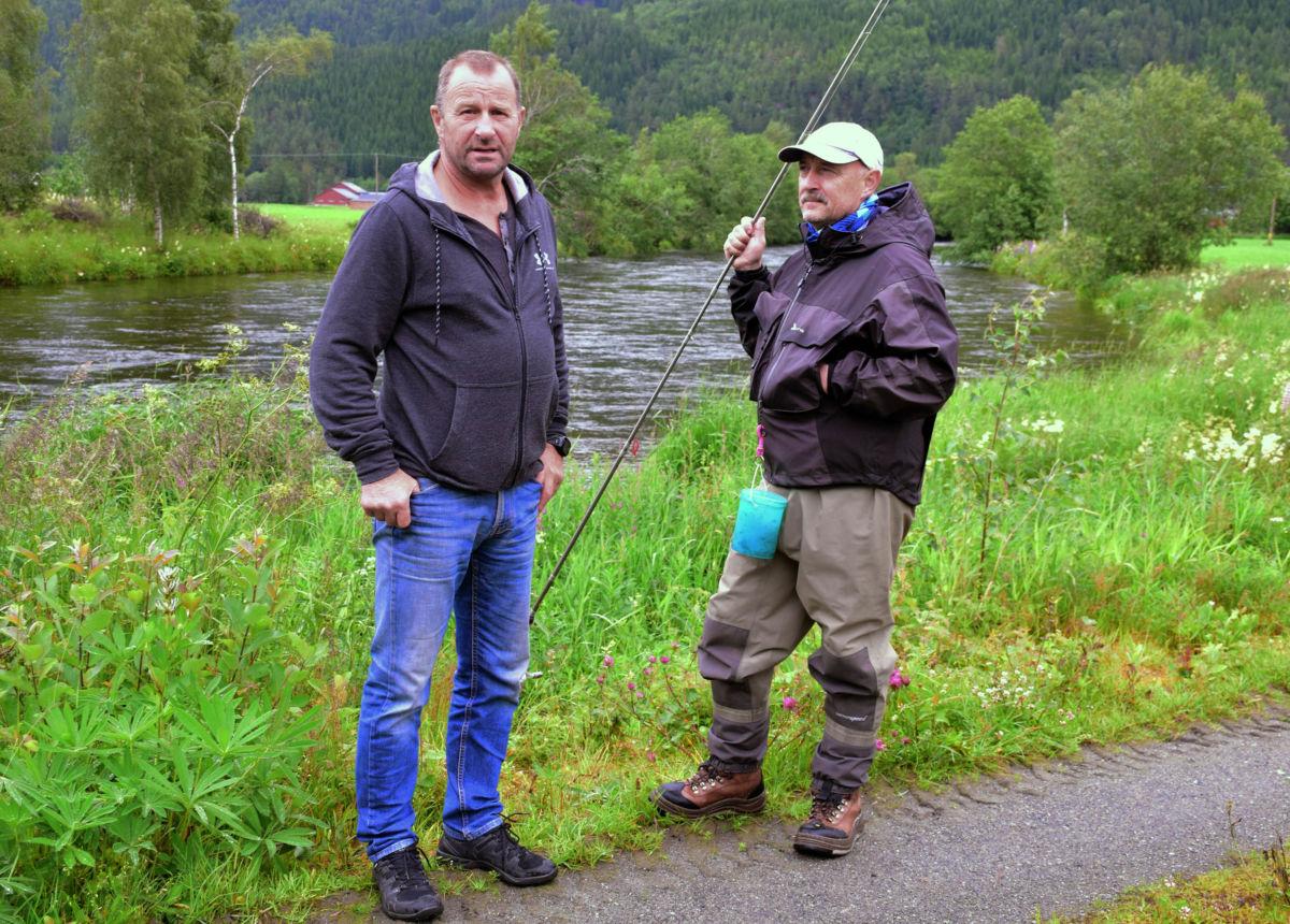 Helge Smeby hadde tok ein laks ved Oddøyhølen tysdag - her saman med leiar i elveeigarlaget Ola Bruset.  Foto. Jon Olav Ørsal