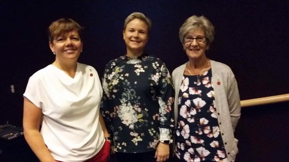 May Britt Buhaug frå NKS sentralt saman med leiar i Surnadal Sanitetsforening og Jorunn Ørsal frå Todalen Sanitetsforening.