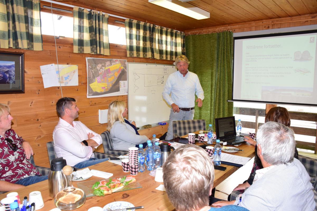 Terje Talgø orienterte om utbyggjingsplanene på Talgø MøreTre.   Foto: Jon Olav Ørsal