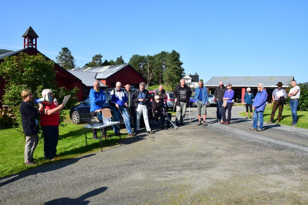 Over 50 som prisa finvëret og kom på historisk vandring på Nordvik.