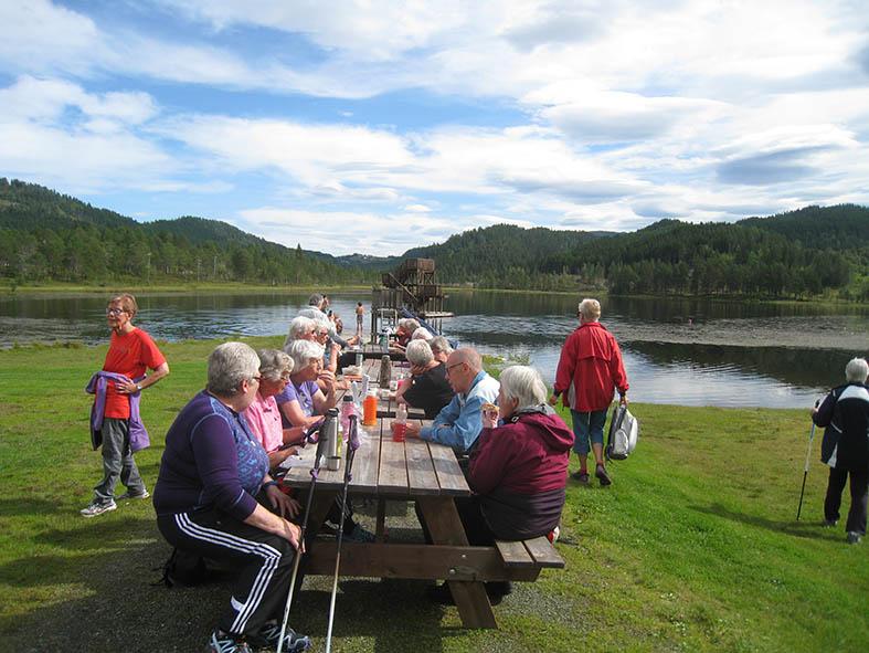 Det var mykje å prate om da folk samla seg rundt borda ved Igltjønna etter turen.   Foto: Sigrun Ørsal