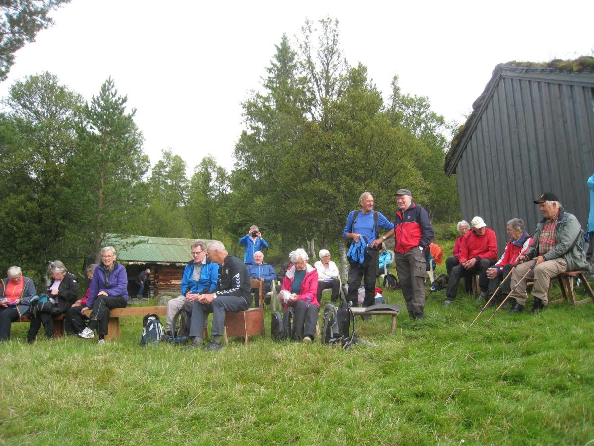 Rundt 40 som deltok på stavgangen til Aunesetra i dag.  Foto: Sigrun Ørsal