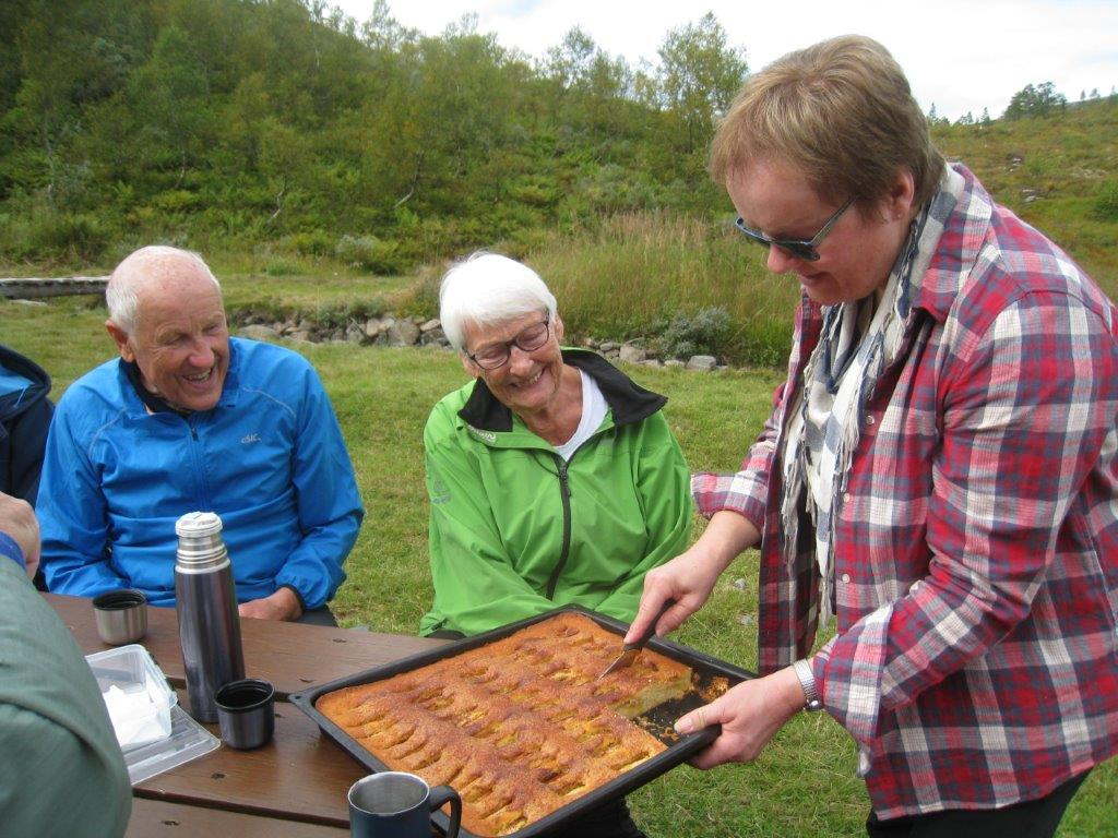Anne Sissel ulven serverte heimlaga eplekake til kaffen på Ranessetra i dag. Foto: Sigrun Ørsal