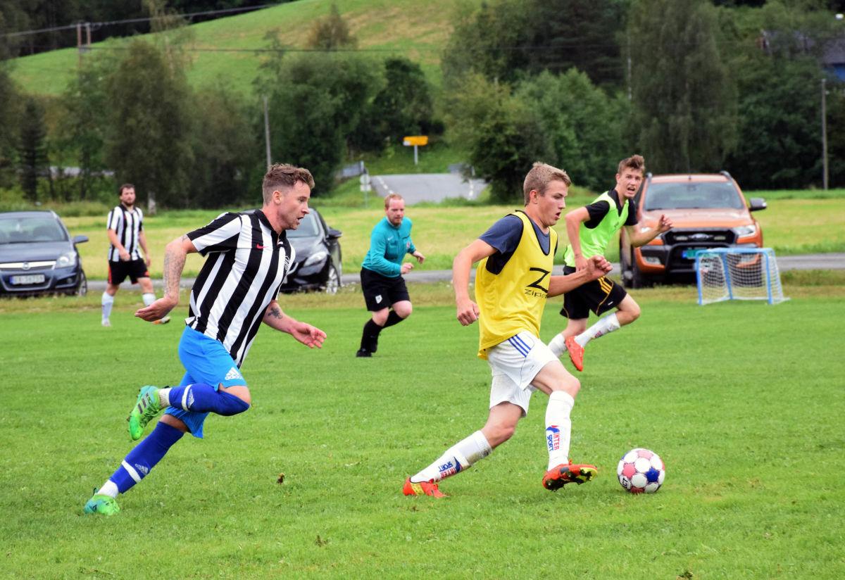 kristoffer Nordvik briljerer med ballen, med Felix Hoem hakk i hel.  Foto: Jon Olav Ørsal