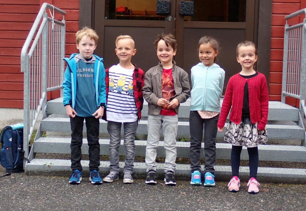 Her er dei nye førsteklassingane. Frå venstre: Fredrik, Trym, Jakob, Nathalie Astrid og Lisa. Foto: Kjetil Sogge.