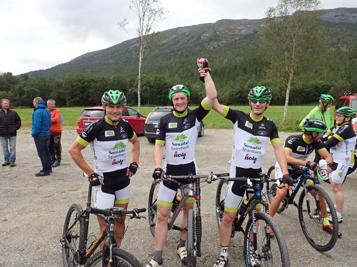 Vinnartrio: Håvard Gjeldnes i midten, Kjetil Bolme til venstre og Stig Mikkelsen til høyre.  Foto: Kjetil Sogge