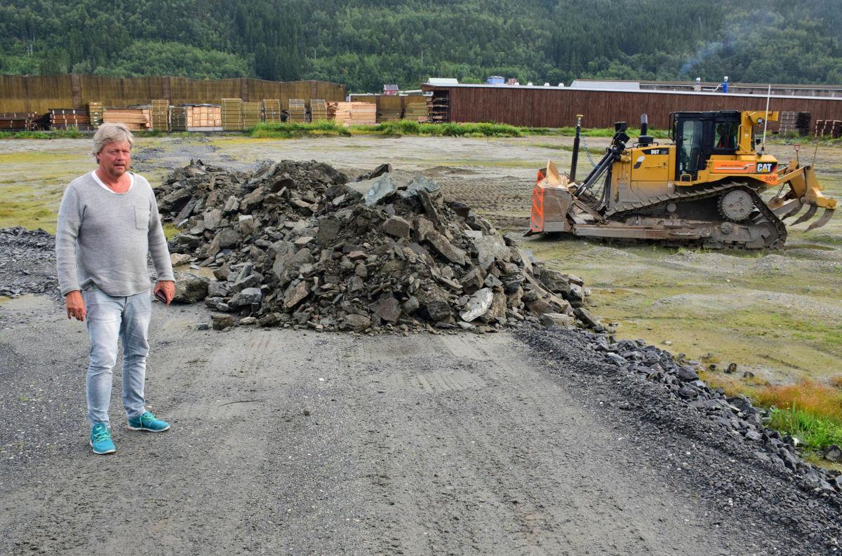 Måndag starta fyllinga av tomteområdet for det nye plukklageret. Konsernsjef Terje Talgø er glad for at arbeidet er i gang.   Foto: Jon Olav Ørsal