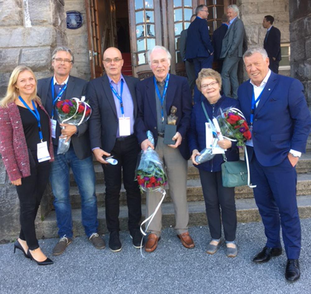 Prisutdelere og prisvinnere.  Fra venstre Catrine Bruvoll, Elmer Talgø og Hallvard Brusethaug tok i mot prisen på vegne av Talgø MøreTre og Odd Einar Folland.  Foto: TM