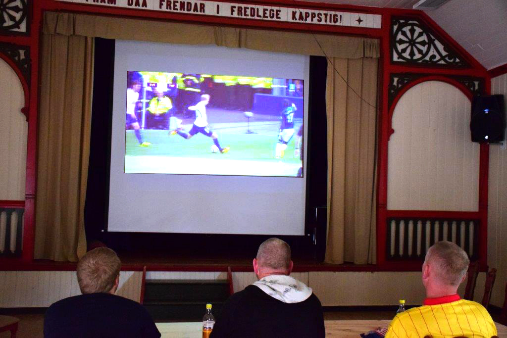 På benken i Ungdomshuset for å sjå fotball - Ola, Willy og Michal.  Foto: Jon Olav Ørsal