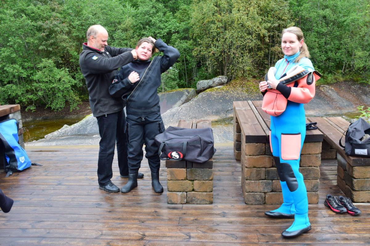 På med dykkerdrakt for å ta en dukkert i Toåa - frå Storfossen til Halsabrua.  Gunnbjørn Bremset sammen med Hanne Hegseth og Martine Bjørnhaug.   Foto: Jon Olav Ørsal