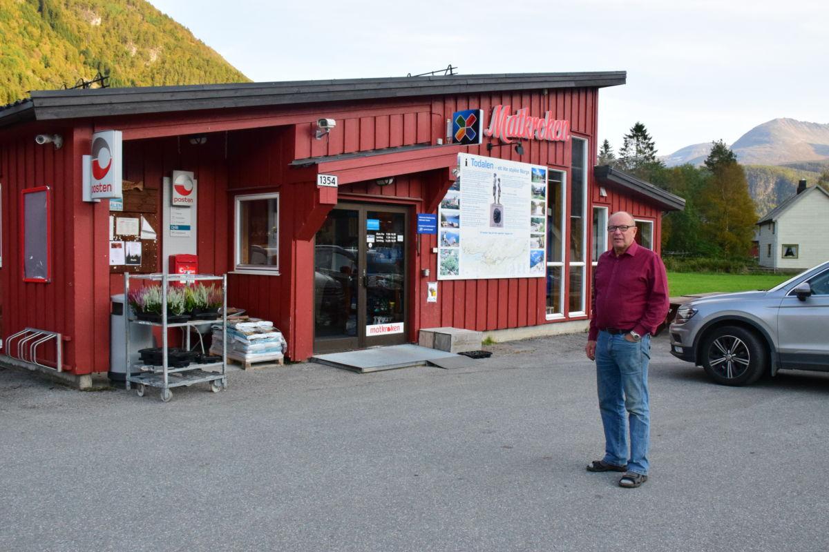 Nytt lysskilt på plass på butikkveggen, fortel handelsmann Nordvik.  Foto: Jon Olav Ørsal