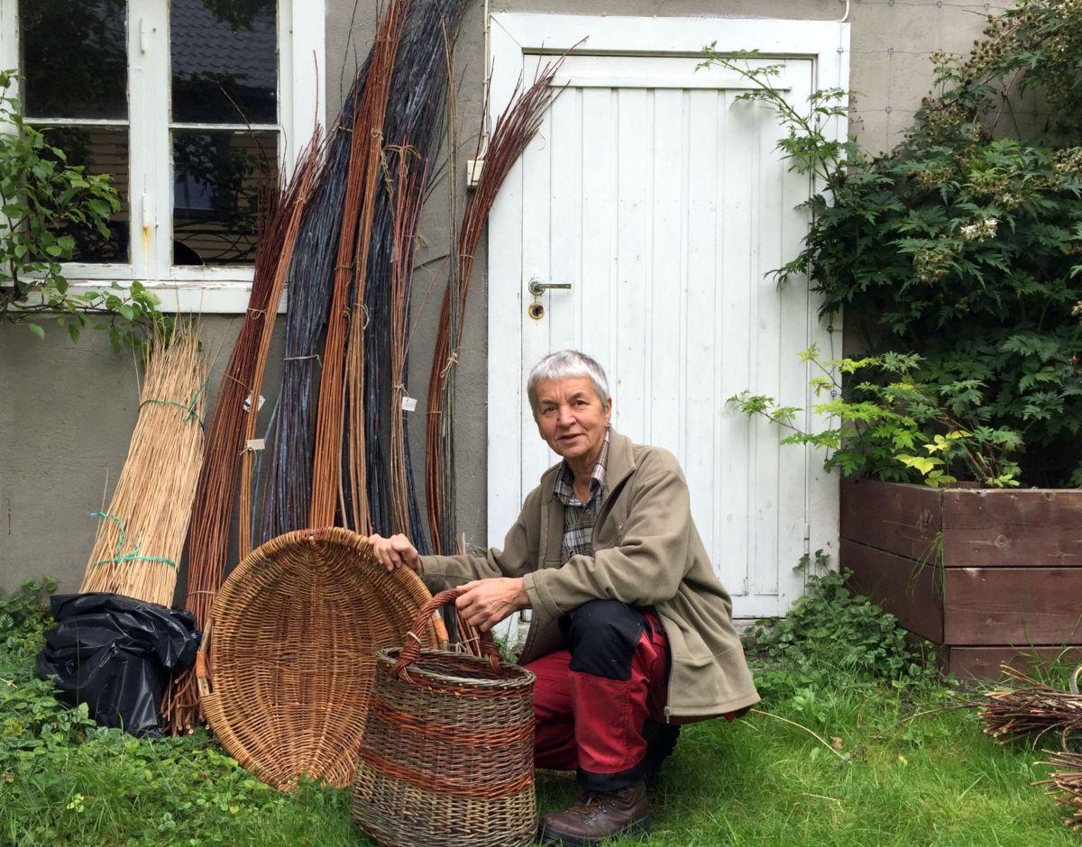Kunsthandverkar og prosjektleiar Jorun Kraft Mo. Her viser ho fram eigne produkt. Foto: Dordi J H