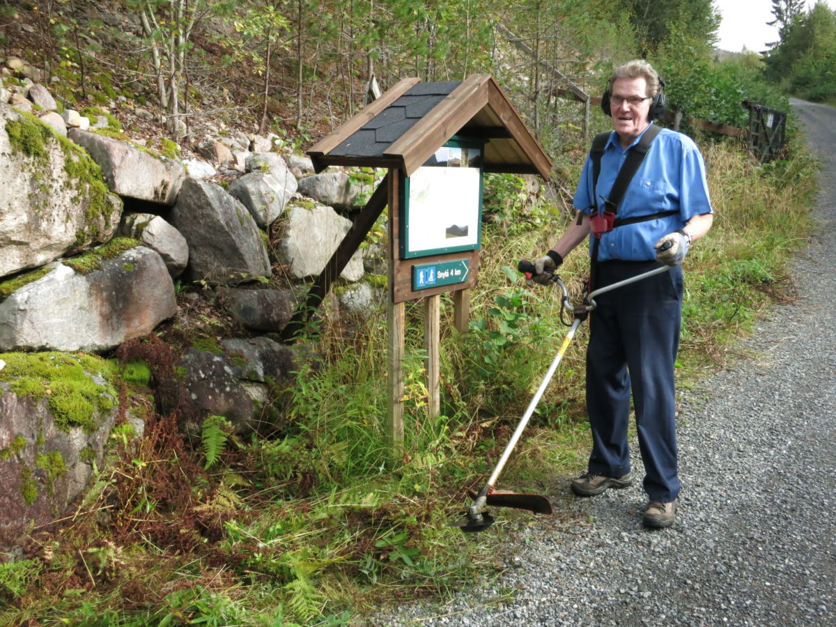 Vi trefte Sverre Kjøstad uti Rabbå - i full gang med kantkløpparen.  Foto: Jon Olav ØrsaL