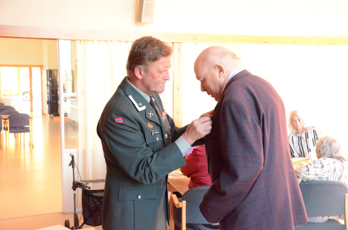 Her får John Ørsal Myrvang si medalje med major Dag Torhaug. Foto: Driva/Geir Forbregd