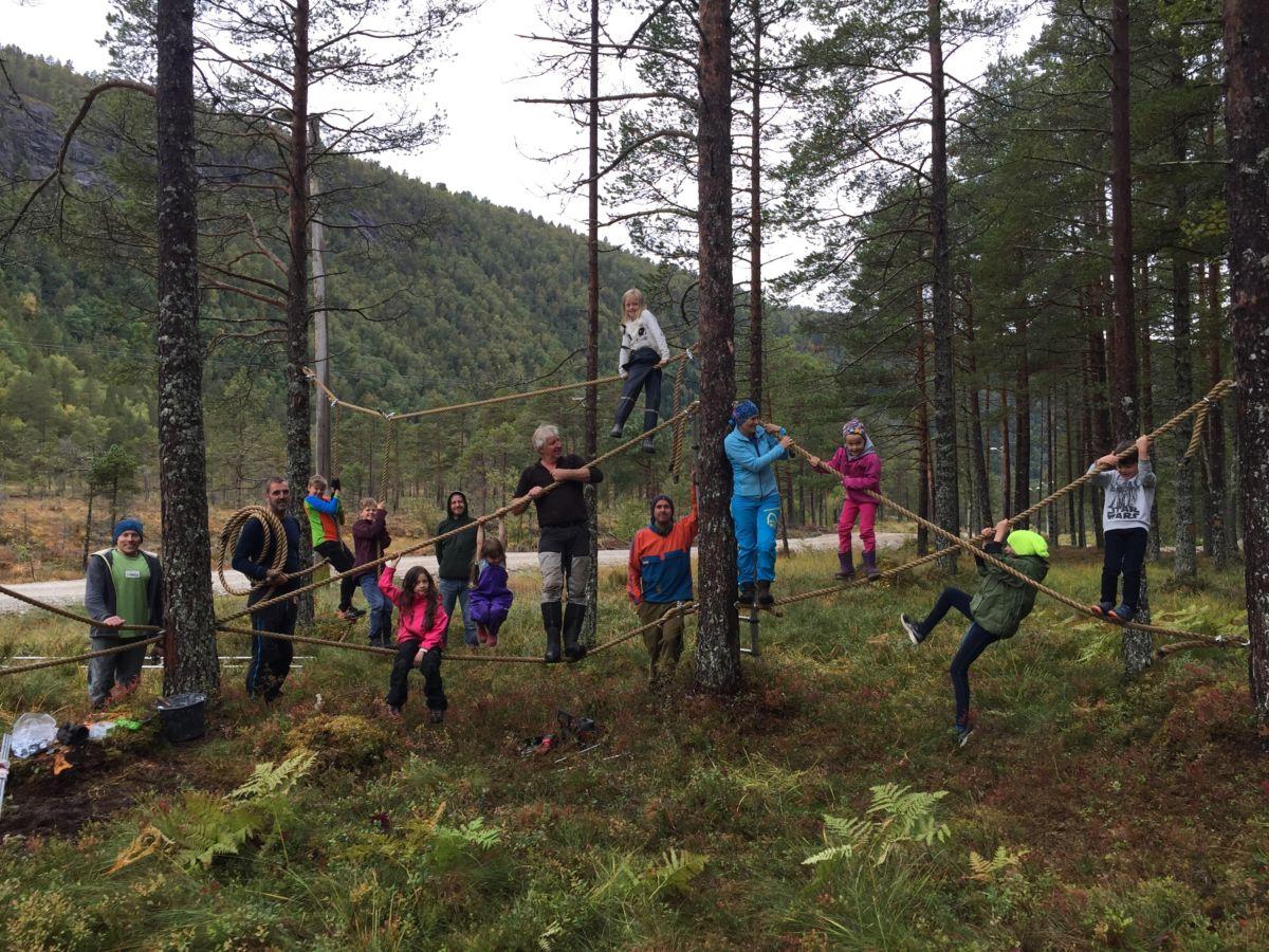 Heile gjengen samla i klatreparken.  Foto: Line Kvendset