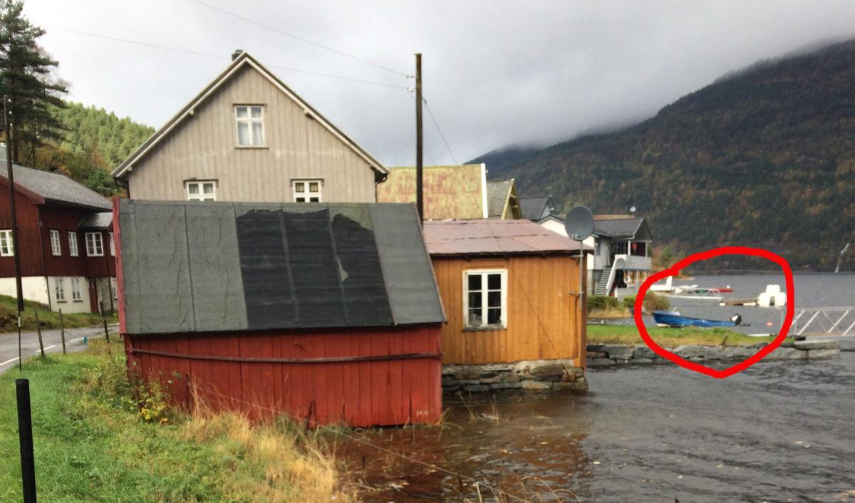 Dette bildet er tatt i 13-tida i dag - her flyter båten ennå.  Foto: Leif Arne Ness