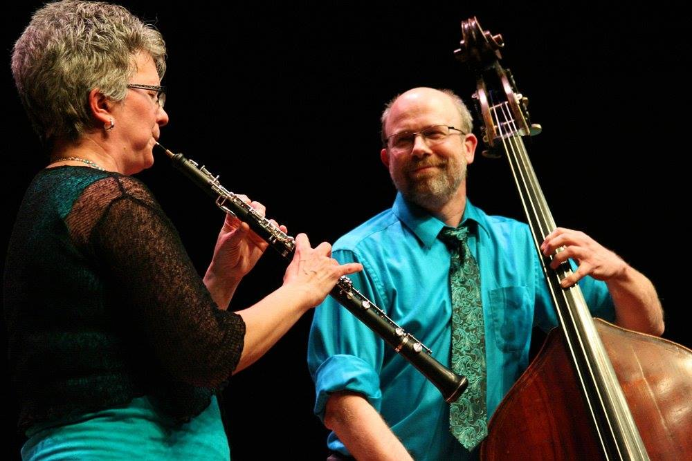 Duoen OboeBass består av Carrie Vecchione og Rolf Erdahl og dei er profesjonelle musikerar i USA