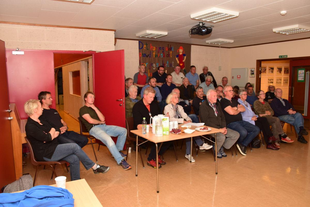 Bra deltaking i folkemøtet i skulen måndag kveld.  Foto: Jon Olav Ørsal
