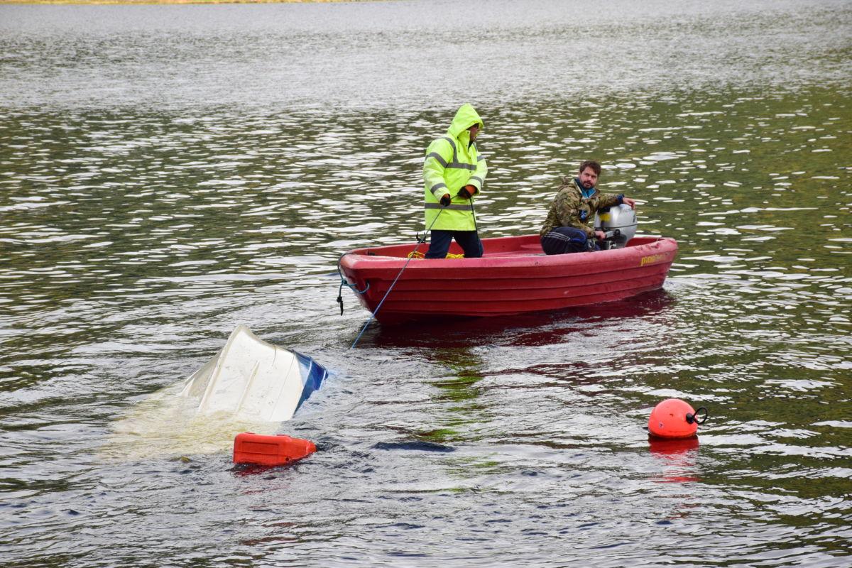 Småbåt havarerte på Todalsøra i føremiddag - her er redningsaksjonen i gang.  Foto: Jon Olav Ørsal