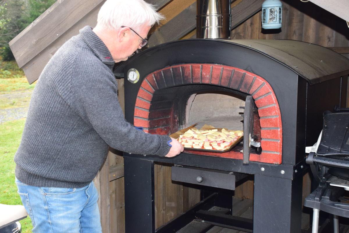 Inn med pizzaen - etter 8-9 minutt er den ferdigstekt, fortalte John Moe.  Foto: Jon Olav Ørsal