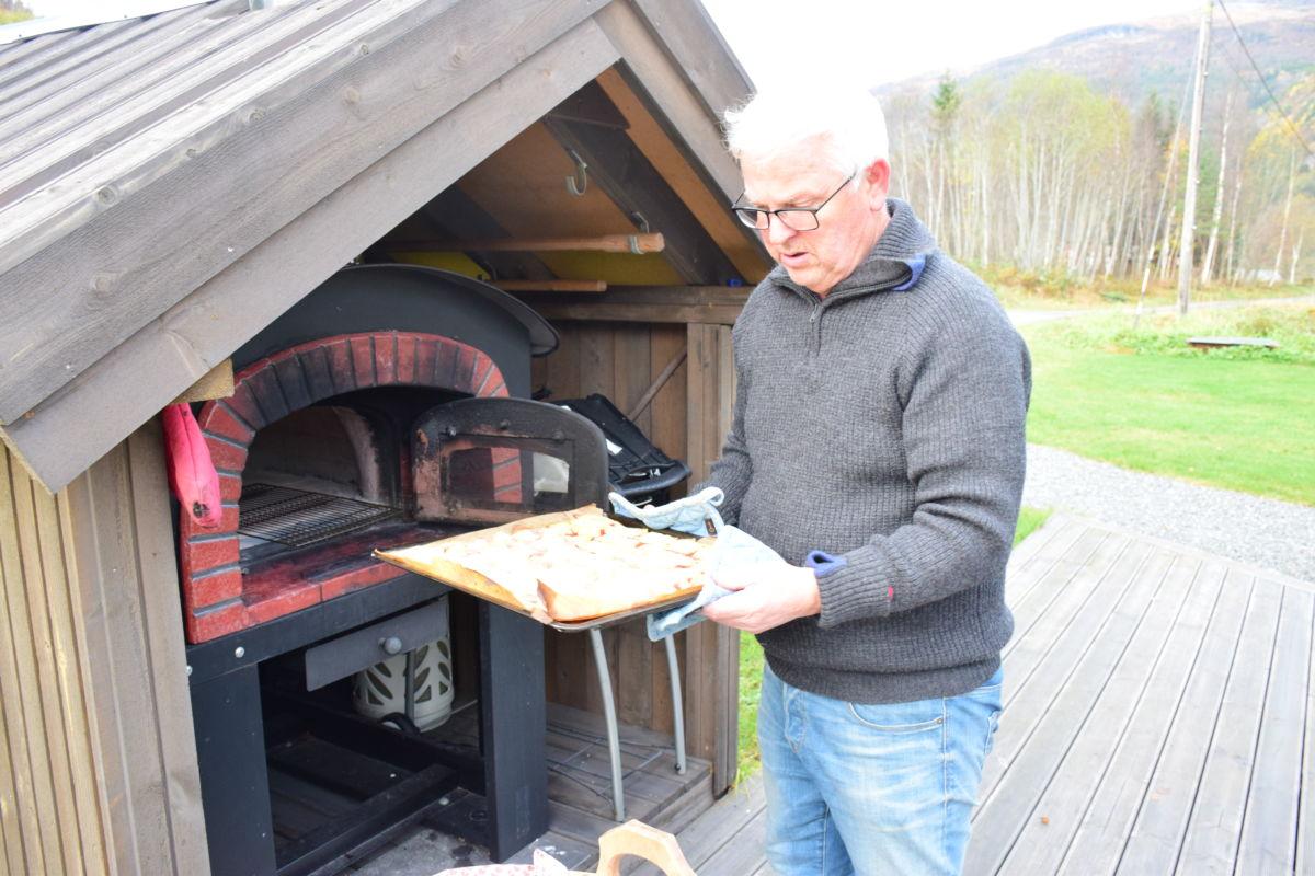 Her kjem pizzaen ut - ferdigstekt - etter 8-9 minutt dufta det godt med nystekt pizza.  Foto: Jon Olav Ørsal