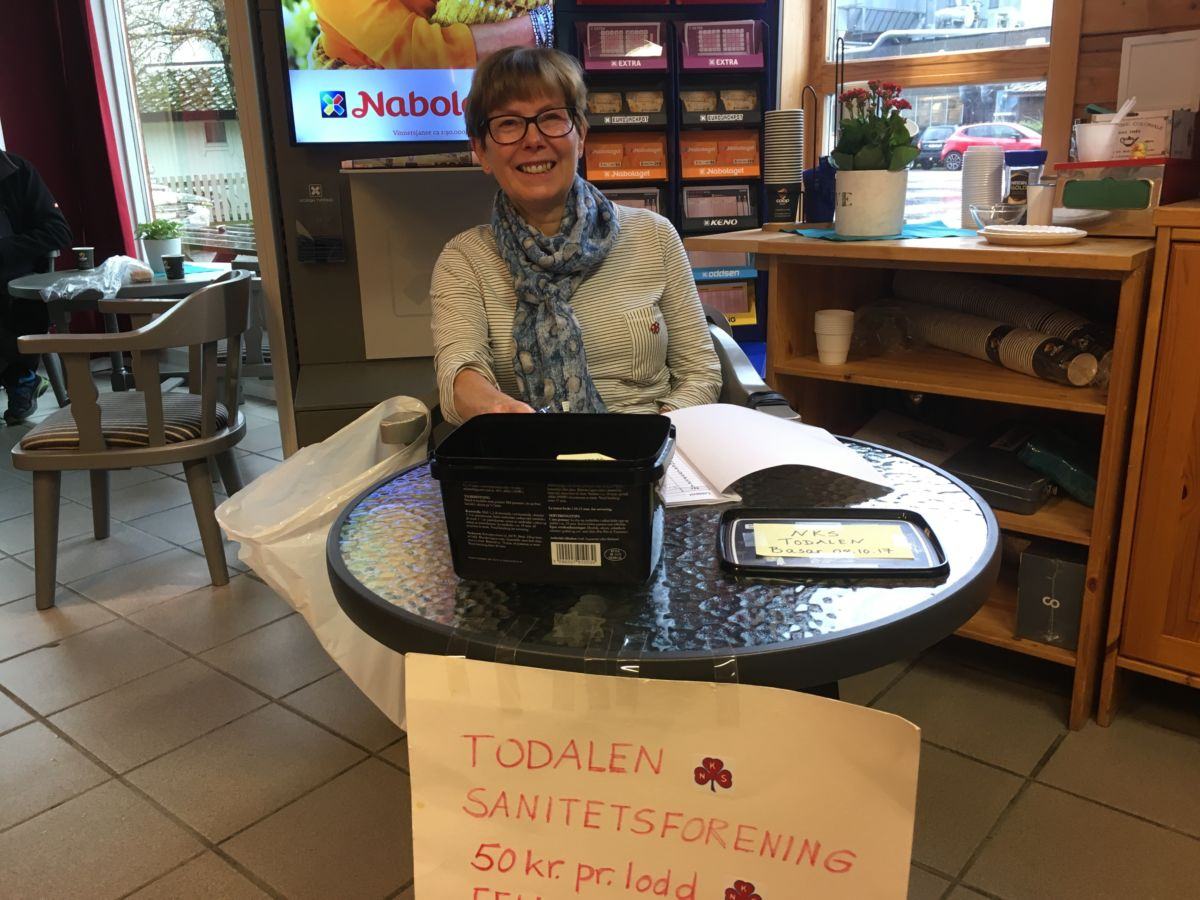 Kjøp og vinn - fredag var det Dordi Jorunn som dreiv førehandssal til sanitetsbasaren.  Foto: Jon Olav Ørsal