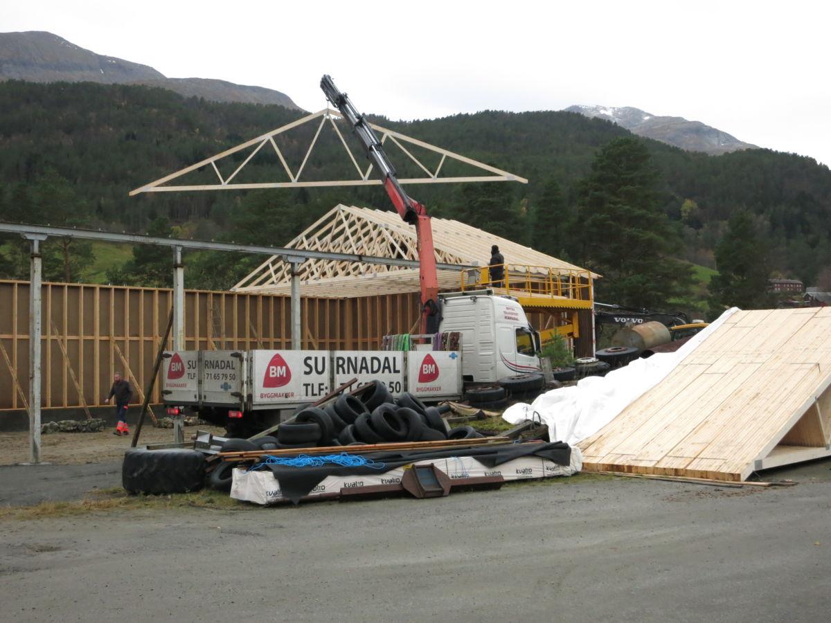 Her blir takstolane løfta på plass med kranhjelp frå Bøvra Transport.  Foto: Jon Olav Ørsal