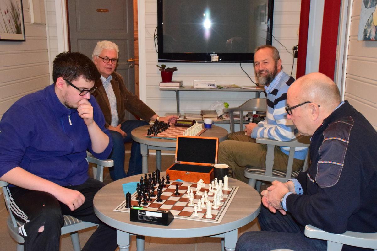 Er det laber interesse for sjakk denne sesongen?  Sist søndag vart det berre to lag - nærast Sigurd Talgø og Terje Nordvik og Anders talgø og Lars Hals.  Foto: Jon Olav Ørsal