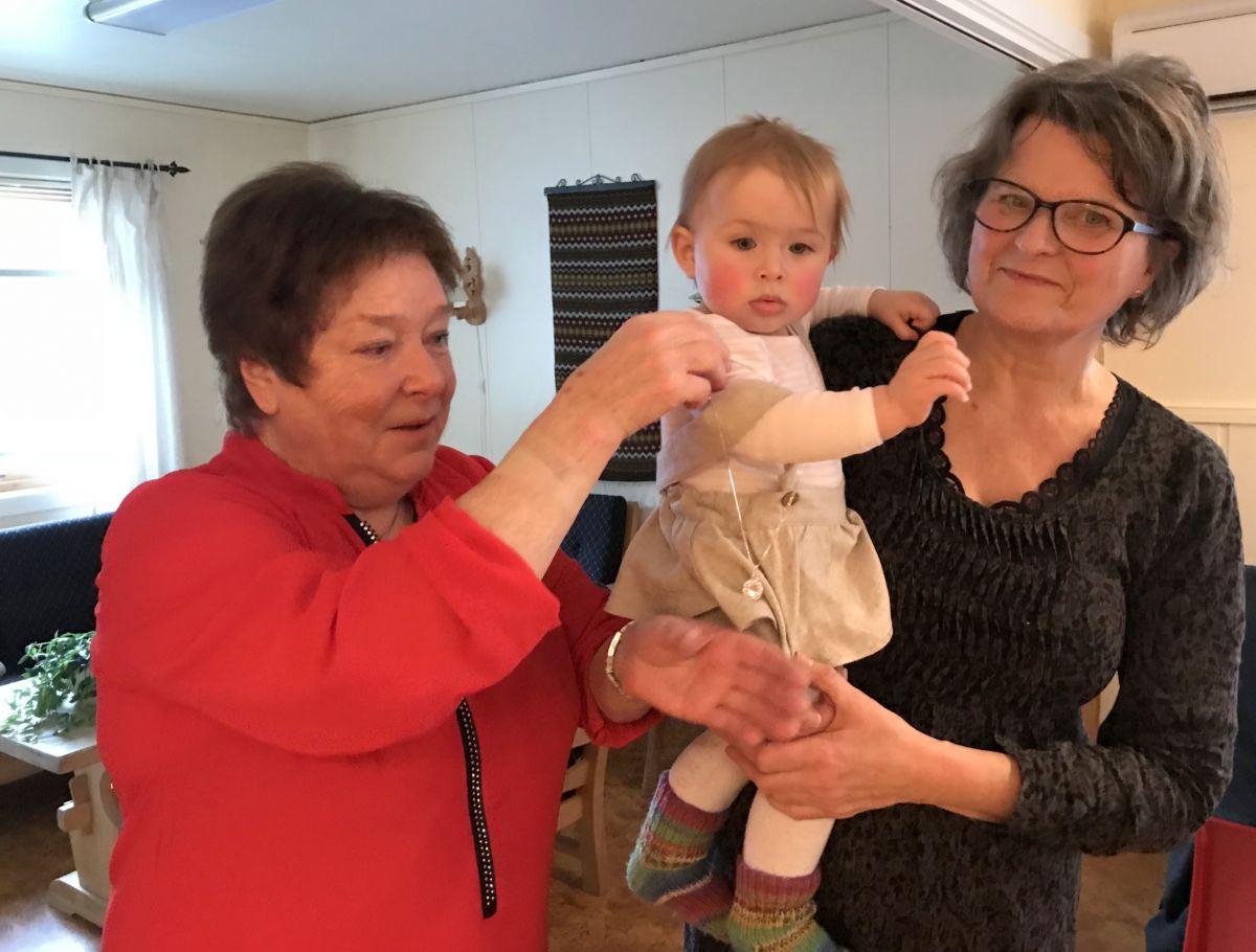 Maren Ansnes delte ut lykkeskilling til Live Svinvik. Her er ho på arma til bestemor Gunn Tove. Foto: Dordi J H