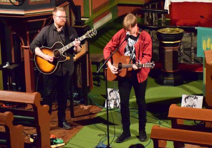 Jo Sverre og Bendik hadde ein flott konsert i Todalen kyrkje - og fikk mykje applaus.  Foto: Jon Olav Ørsal