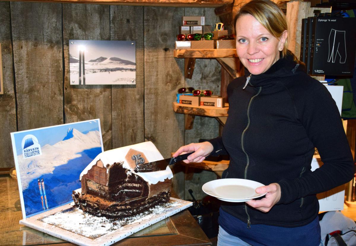 Butikken på låven - kom å få kaffe og sjokoladekake seier Laila.  Foto: Jon Olav Ørsal