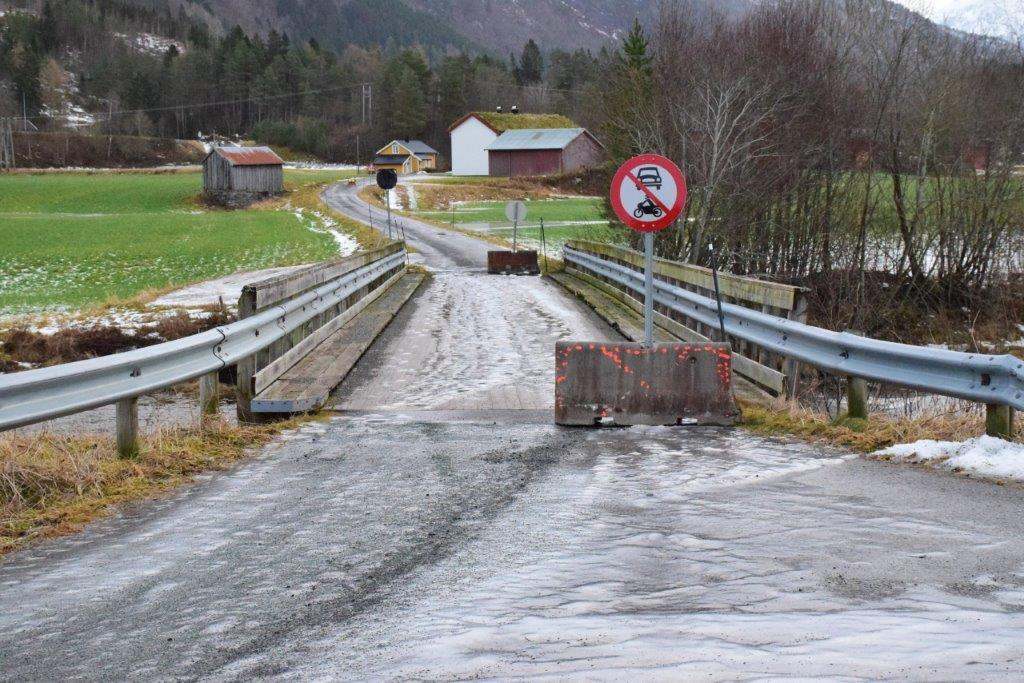 Øyabrua vart steng for motorkjørty med øyeblikkeleg virkning.  Foto: Jon Olav Ørsal