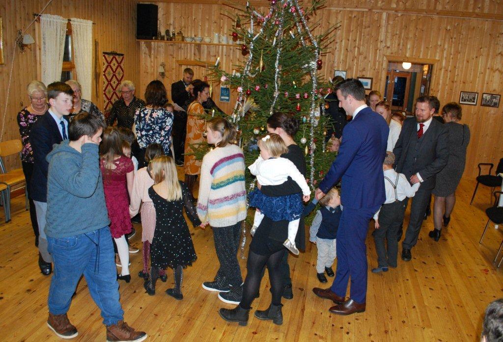 Tradisjonell juletrefest med gang rundt juletreet i forsamlingshuset på Nordvik.  Foto: Sverre Kjølstad