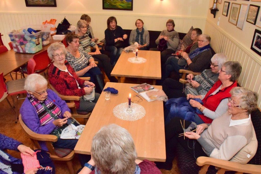 Bra deltaking på strikkekafén i Sanitetshuset.  Foto: Jon Olav Ørsal