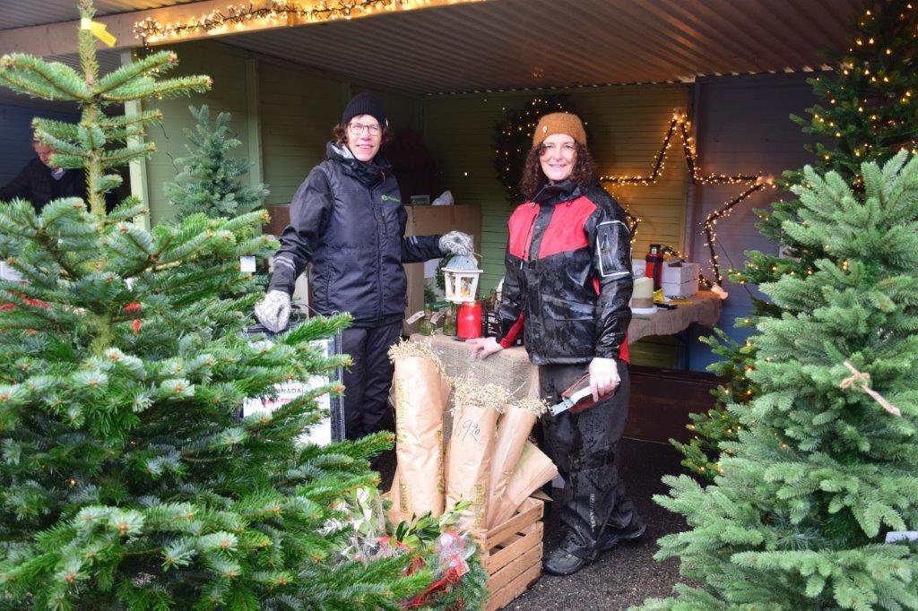 Hubertine og Borghild promoterte Hageland med både ekte og kunstige juletre. Foto: Jon Olav Ørsal