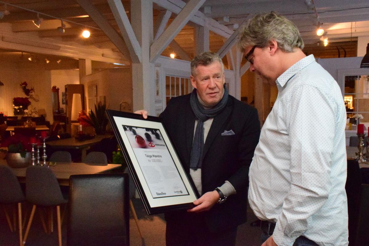 Det var banksjef odd Einar Folland i Sparebank1 nordvest som overrekte prisdiplomet til konsernsjef Terje Talgø.  Foto: Jon Olav Ørsal