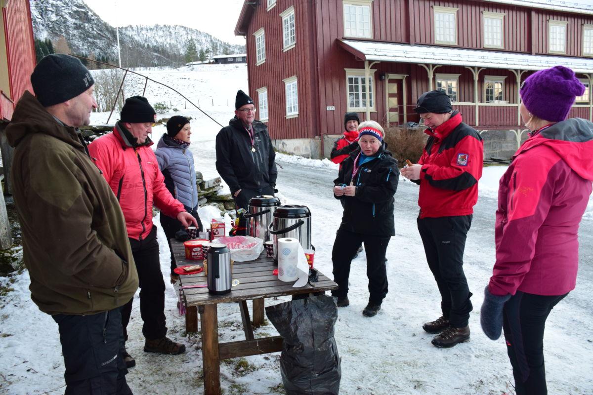 På Bruset var det gløggstasjon, det sette folk stor pris på.  Foto: Jon Olav Ørsal