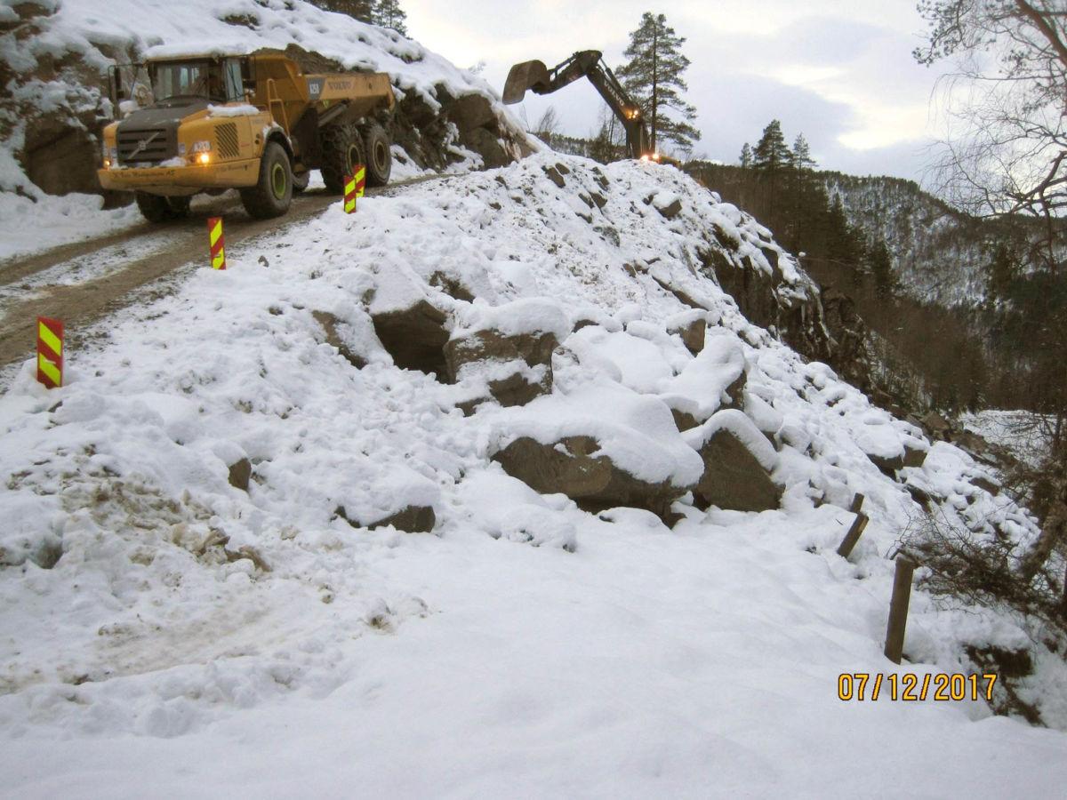 Anleggsarbeidet i Falla går framover - setter alt inn på å få vegen ferdig til jul, seier oppsynsmann Gunnar Bøe i kommunen.  Foto: Surnadal kommune