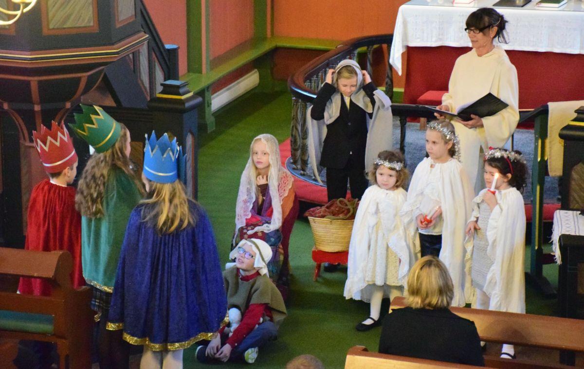 Kirsti Hjørnevik var liturg og fekk god hjelp av borna til juleevangeliet.  Foto: Jon Olav Ørsal