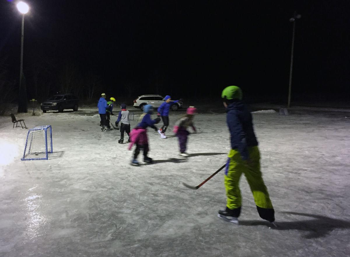 Det var stor aktivitet på isen fredag kveld.  Foto: Laila K. Bergli