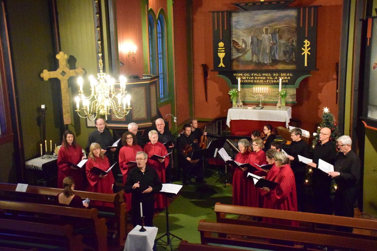 P17-koret forsterka med strykeorkester og solistar.  Foto: Jon Olav Ørsal