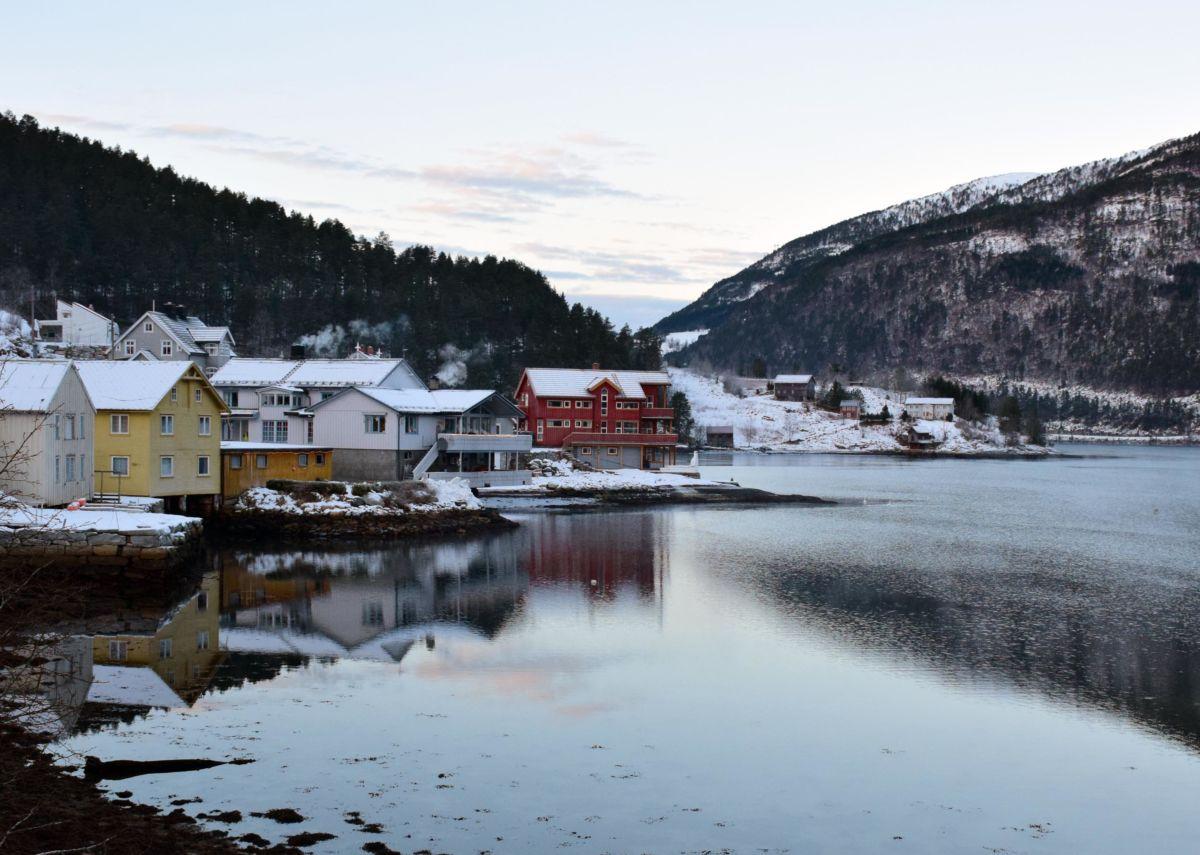 Todalsøra - ser du godt etter er det eit par svaner med på bildet - like ved Todalen Brygge.   Foto: Jon Olav Ørsal