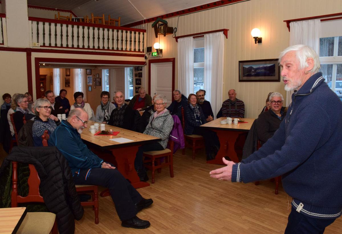 Nils Røv hadde mange god historier på lager da han var i Todalen.  Foto: Jon Olav Ørsal