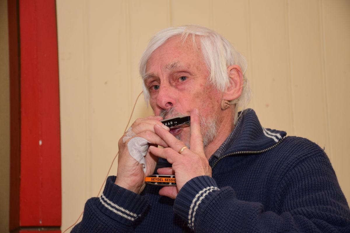 Musikk vart det også - Nils Hadde med seg 5 munnspel - eit for ei kvar anledning.  Foto: Jon Olav Ørsal