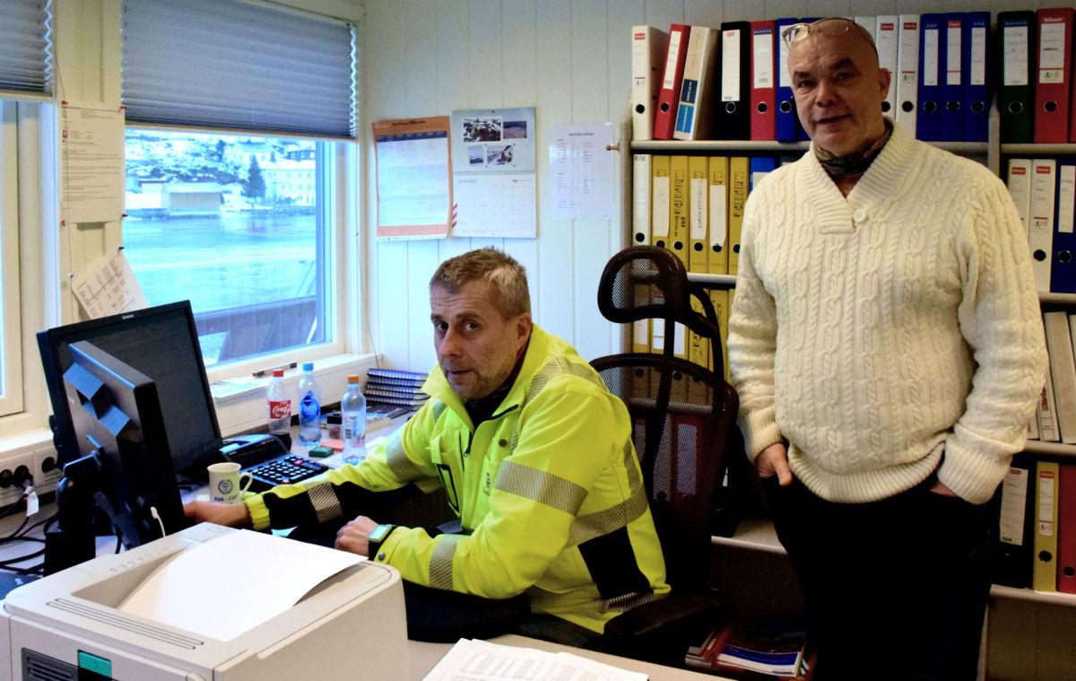 Litt dramatisk start på dagen for Produksjonssjef Roar Nordvik og dagleg leiar Hallvard Brusethaug ved Talgø MøreTre.  Foto: Jon Olav Ørsal