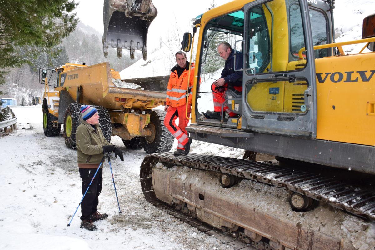 Har starta på finpussen.  Her har Mathias Lulåf og Odd Arne Vatn besøk av naboen Svein Talgø som er på sin daglege inspeksjonsrunde og trimtur.  Foto: Jon Olav Ørsal