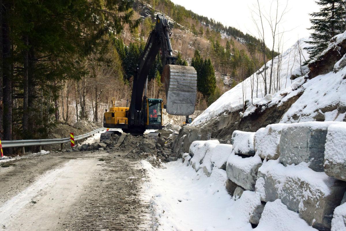 Opprydding og legging av steinmur pågår i dag i Kufalla. Foto: Jon Olav Ørsal