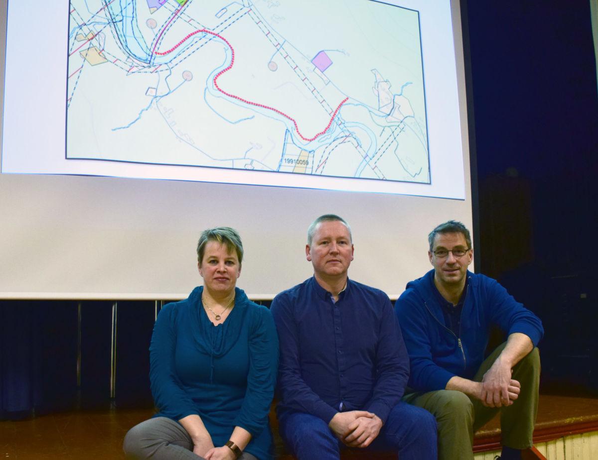 Jobbar med forprosjektet til ny tursti - Elinor Bolme, Michal Heimlund og Carsten Bohle.  Foto: Jon Olav Ørsal