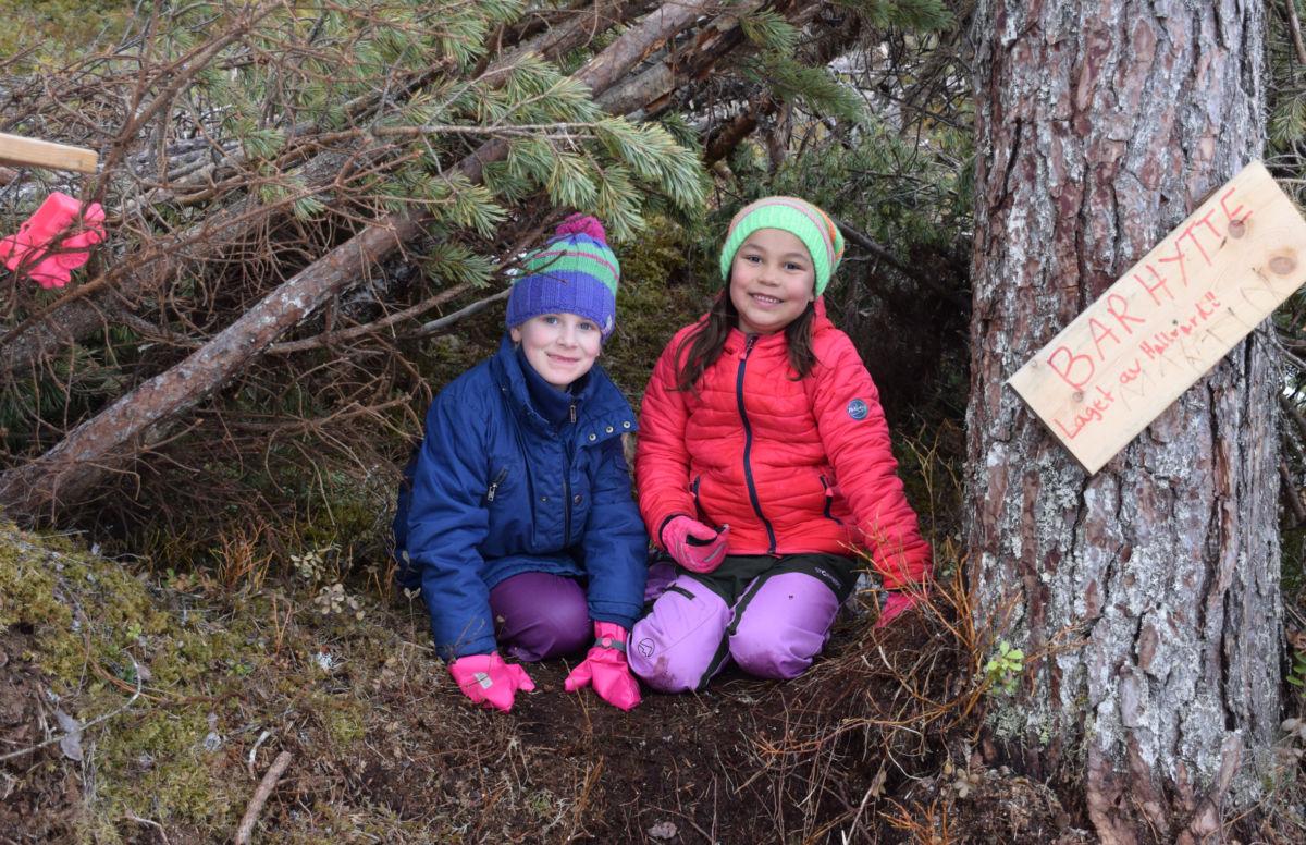 Aleksandra og Nathalie Astrid i barhytta på Tjønnmyra.  Foto: Jon Olav Ørsal