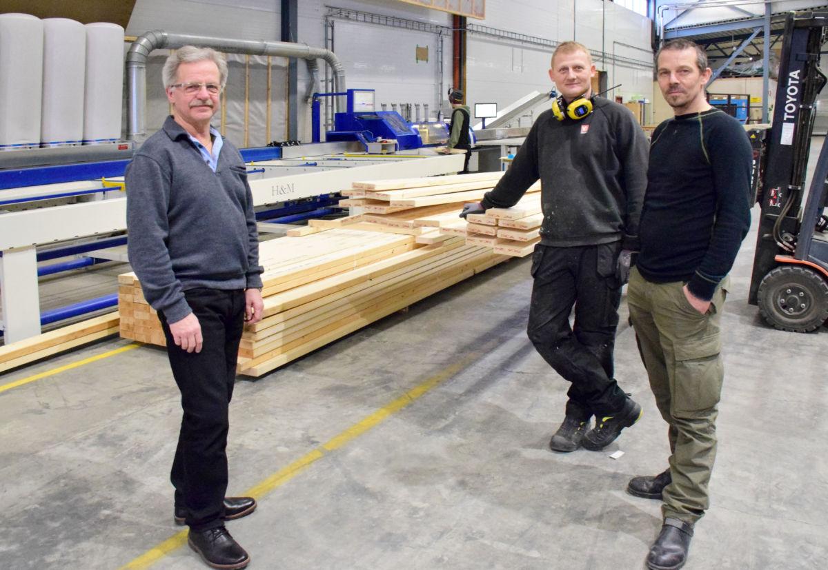Arne Rudningen (lengst til vestre) er stolt av den nye maskina. Her sammen med Dan Roger Pedersen og Arve Ervik.  Foto: Jon Olav Ørsal